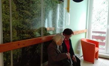 Zastávka SAD na chodbe domova Dôchodcov