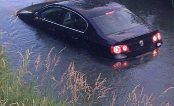 Na Vodnom diele zišlo auto do potoka
