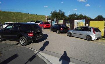 Zastávku MHD Vodné dielo, eXtreme park blokujú autá