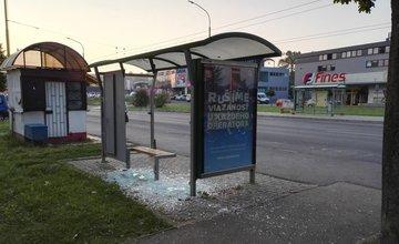 Vandali rozbili sklené výplne na zastávkach MHD