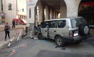 Pri Dome odborov narazilo auto do zábradlia