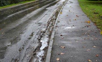 Voda zaplavuje hlavnú cestu v mestskej časti Rosinky