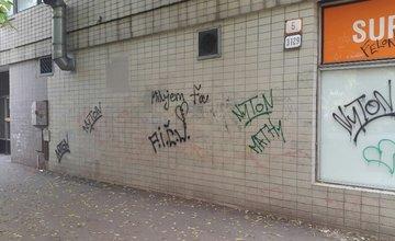 Čistú stenu na sídlisku Vlčince už niekto posprejoval