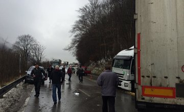 Pri Dubnej Skale došlo k hromadnej dopravnej nehode, zdržania sú veľké