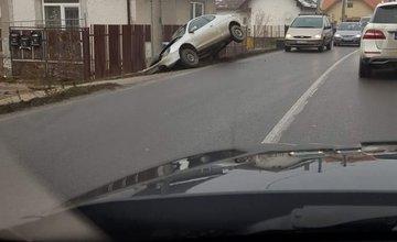 V Bytčici narazilo auto do stĺpa, rátajte so zdržaním