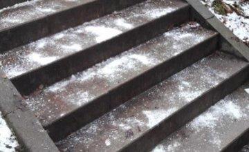 Trojica mladých študentov posypala chodníky v Žiline