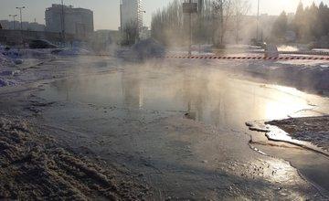 Na parkovisku pri OBI prasklo vodovodné potrubie, voda sa valí z každej strany