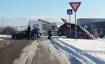 Kuriózna nehoda na Rosinskej ceste, auto vybehlo na teplárenské potrubie