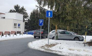 V areáli nemocnice osádzajú dopravné značenie, nesprávne parkovanie sa bude pokutovať