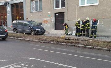 Na ulici Juraja Fándlyho narazilo auto do plynovej prípojky