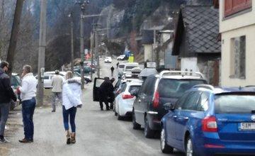 Pre uzávierku cesty stoja v Strečne kolóny áut, niektorí vodiči sa presúvajú kompou