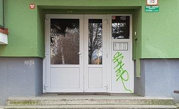 Vandali sprejovali na vchody do panelákov na sídlisku Vlčince