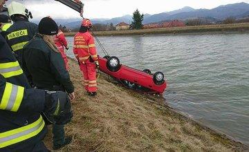 V obci Sučany spadlo auto do derivačného kanála