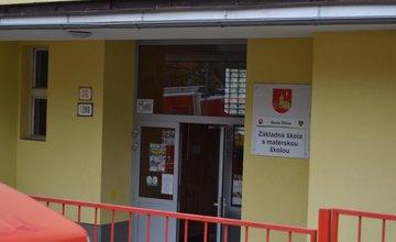 Ohlásený únik neznámej látky v základnej škole Trnové