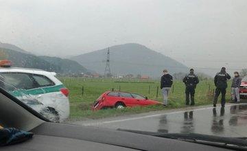 Pri obci Varín skončilo auto v  priekope, doprava je čiastočne obmedzená