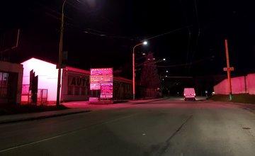 Prekážajúca svetelná reklama v mestskej časti Závodie