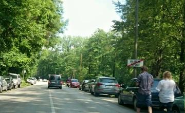 Parkovanie vozidiel v Rajeckých Tepliciach pri kúpalisku