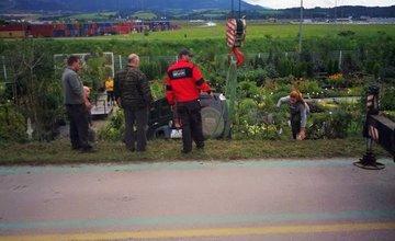 Pri obci Nededza zletelo auto z cesty priamo do záhradníctva