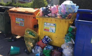 Zberné nádoby na plasty sú vo viacerých častiach mesta sústavne preplnené