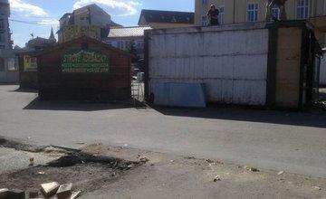 Búranie starých predajných stánkov pri autobusovej stanici