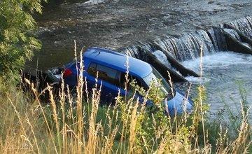 Fotogaléria: Do Rajčanky spadlo osobné auto