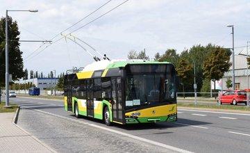 Nový trolejbus Škoda 26 Tr vyrobený pre DPMŽ testujú v Plzni