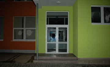 Muž v Turzovke rozbíjal okná na škôlke, hrozia mu 3 roky väzenia