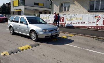 Poškodzovanie retardérov na ulici Alexandra Rudnaya