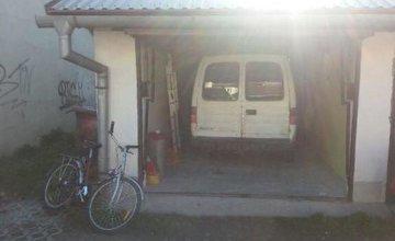 V Kysuckom Novom Meste našli v odstavenom aute dve nehybné telá