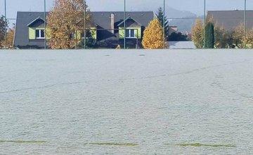 Futbalové ihrisko v obci Turie pokryla veľká pavučina