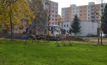 Práce na budovaní parku a ovocného sadu na Dobšinského ulici, sídlisko Vlčince