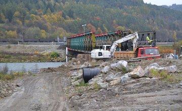 Prebiehajúce práce na dočasnom moste v mestskej časti Vranie