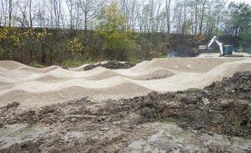 FOTO: Pumptracková dráha na Vodnom diele v Žiline už naberá kontúry