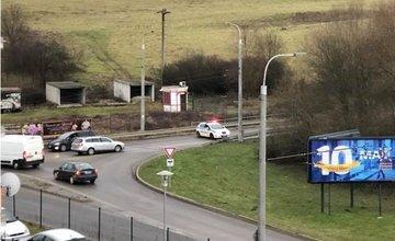 Polícia odkláňa pri sídlisku Hájik dopravu smerujúcu do Hôrok, na ceste spadli stromy