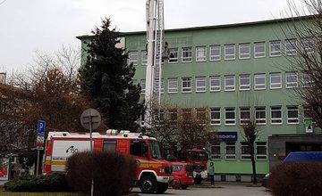 Zásah hasičov pri strhnutej streche budovy Lesník na Štefánikovom námesti v Žiline
