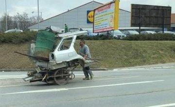 FOTO: Ako dvaja rómski spoluobčania presúvali vrak auta cez pol Žiliny