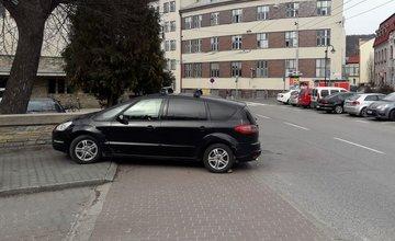 Nezabrzdené auto sa rozbehlo na cestu, zastavil ho až múrik