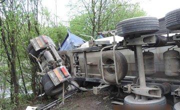 Zrážka osobného automobilu a kamiónu v Radoli