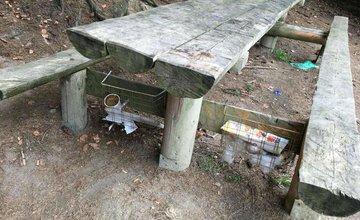 Žiaci zo ZŠ v Dolnom Hričove vyčistili studničku na Bukovine a postavili tam unikátnu tabuľu