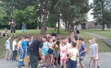 Žilinskí policajti so špeciálne vycvičenými psami navštívili deti počas školy v prírode