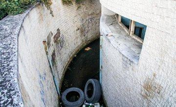 Schátrané bývalé verejné toalety na Nešporovej ulici v Žiline