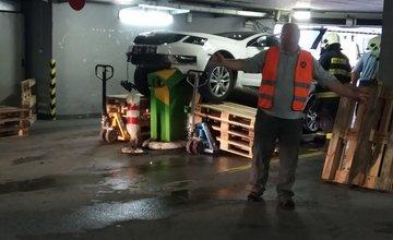 FOTO: Osobné auto zvalcovalo závory na vjazde do parkovacieho domu OC Mirage