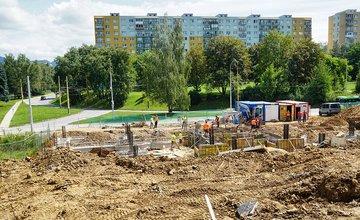 FOTO: Výstavba bytového domu na Obchodnej ulici na Vlčincoch je v plnom prúde