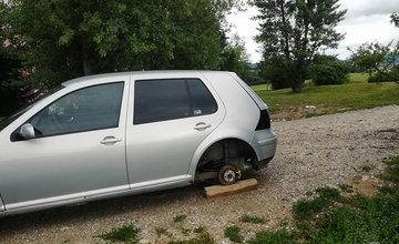 Poškodené auto s ukradnutými kolesami na sídlisku Hájik