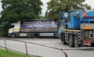 FOTO: Práve prebieha vyťahovanie kamióna z priekopy na Šibeniciach