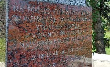 Gramatické chyby na pamätnej tabuli v mestskej časti Budatín