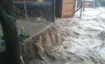 FOTO: Prietrž mračien spôsobila v Čadci vyliatie potoka