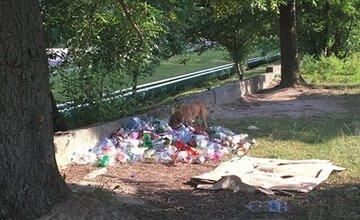 Odpadky v areáli ihriska pri ZŠ Martinská