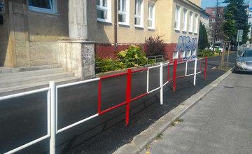 FOTO: Po obnove chodníka pred Obchodnou akadémiou v Žiline zostalo krivé zábradlie