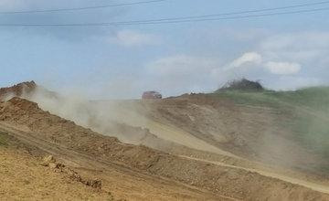 Vysoká prašnosť na stavbe diaľničného privádzača v Bytčici počas augusta
